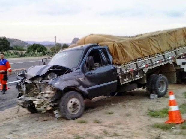 Carro bateu em caminhão carregado de melancia (Foto: Carlos Quintino / Criativa On Line)