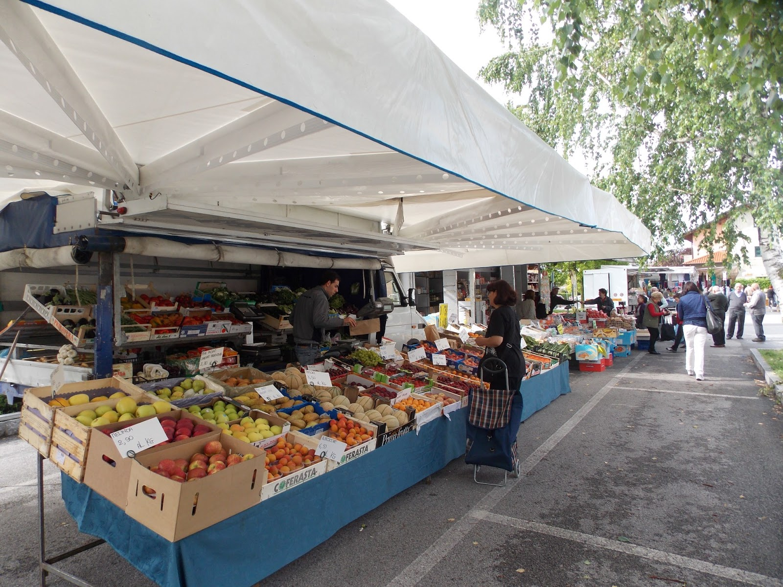 Food and thrift for the 39 love of foods 39 in italy for Outdoor food market