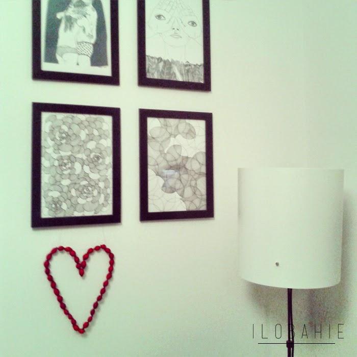 Biała ściana w sypialni