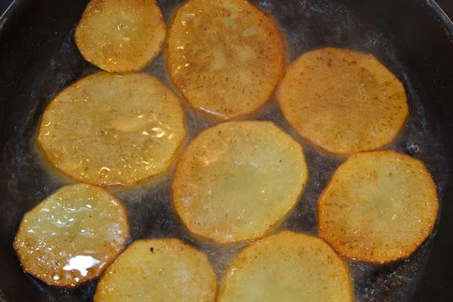 Doramos las patatas en aceite