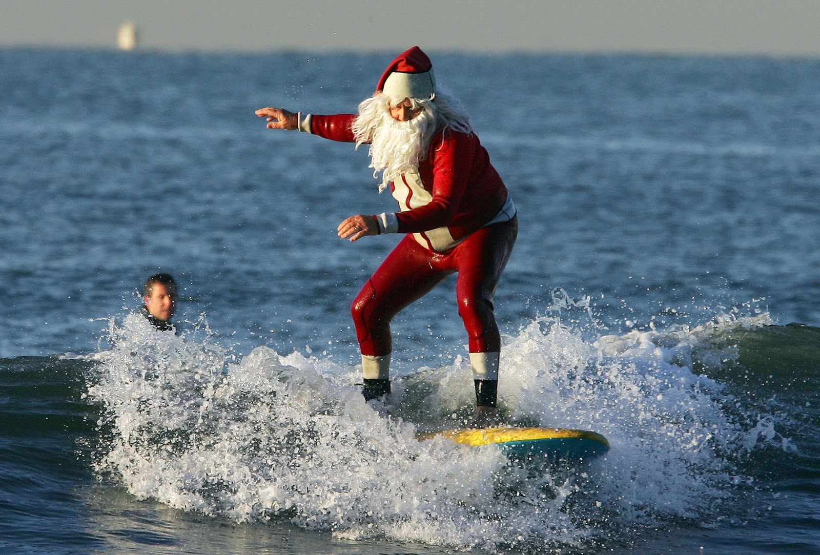http://1.bp.blogspot.com/-aNx7hncCem4/ULn5gpJUrFI/AAAAAAAAAN8/UXFK5h9fASU/s1600/surfing_santa.jpg