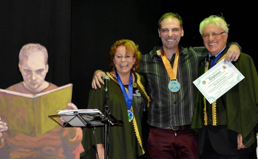 Sandra Pimentel e  Delmo Ferreira com o homenageado Ricardo Guarilha