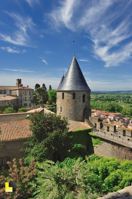 Tour couverte d'ardoise de Carcassonne avec ville moderne en fond photo pascal blachier