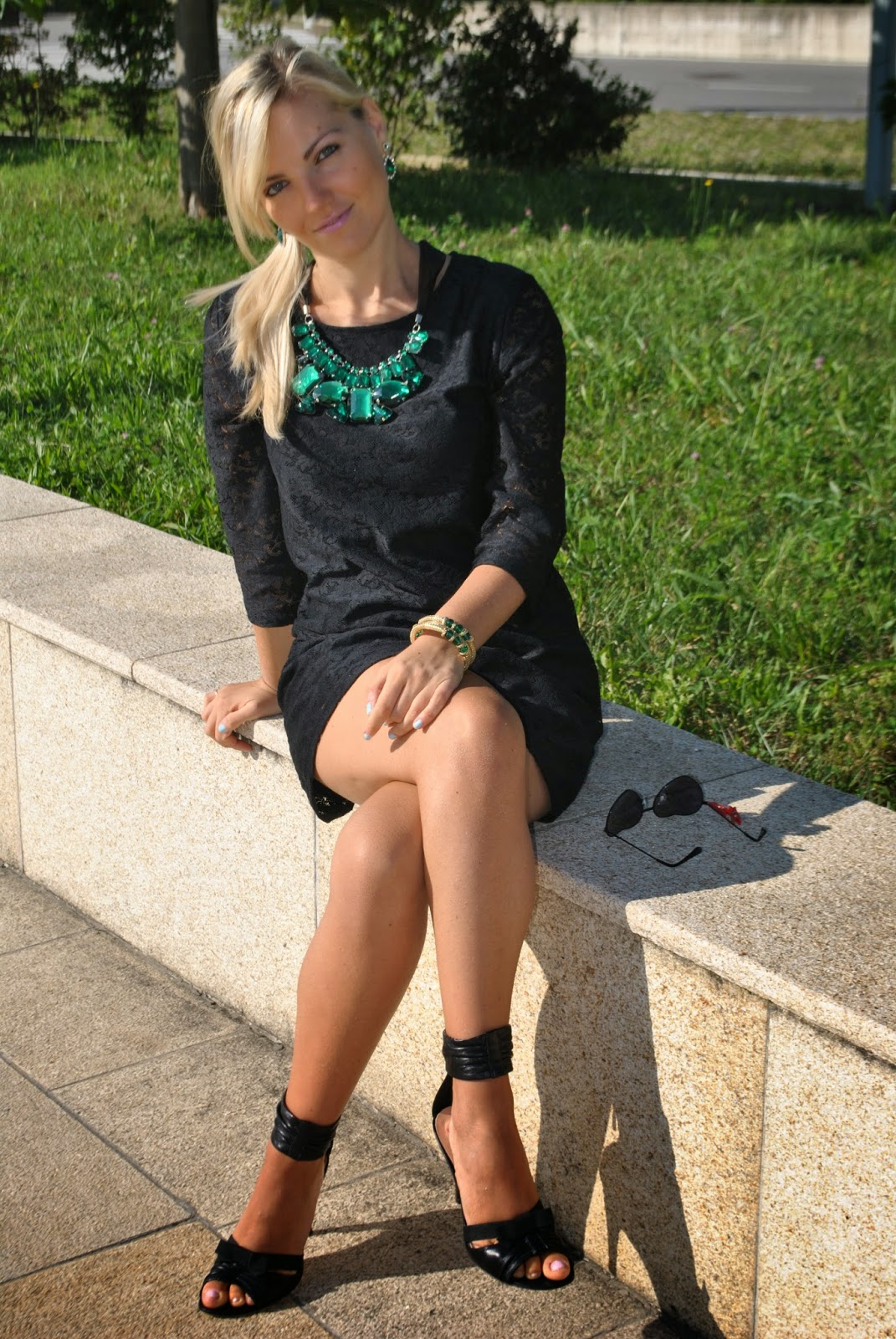 outfit abito nero in pizzo abito nero in pizzo abbinamento nero e verde smeraldo gioielli verde smeraldo abbinamento nero e verde accessori verde smeraldo majique orecchini majique smeraldo fashion blogger bionde fashion blogger italiane mariafelicia magno fashion blogger colorblock by felym outfit estate 2014 outfit estivi eleganti outfit settembre 2014