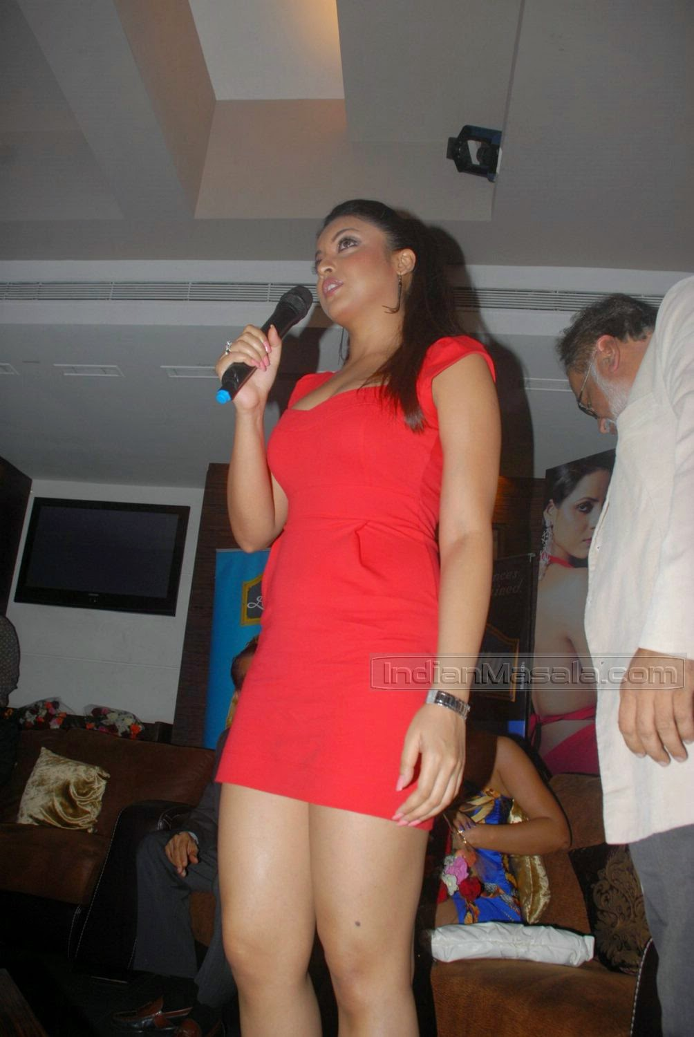 Tanushree Dutta thighs red