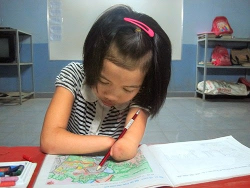 TP. Pleiku: Ước mơ trở thành họa sỹ của cô bé khuyết tam chi