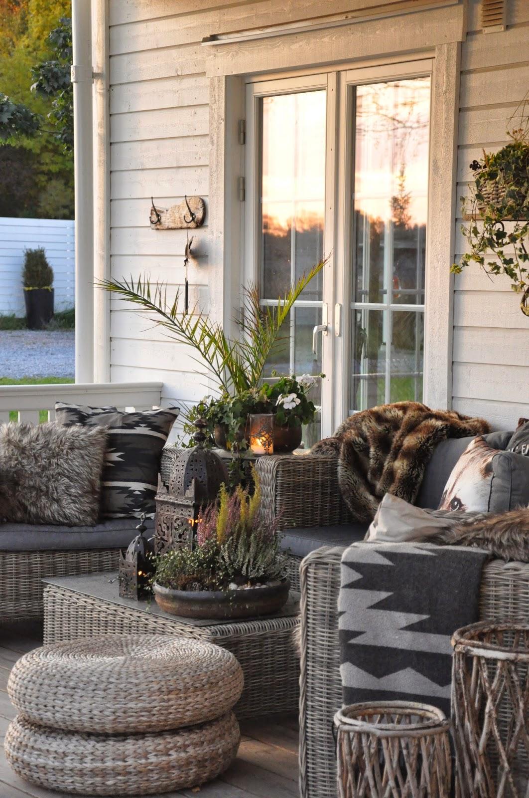 Den vita drömgården: solnedgångsvin på höstverandan