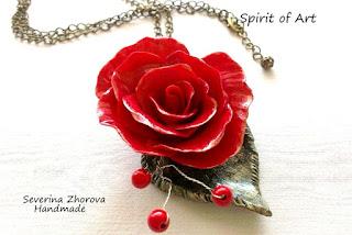 колие червена роза от полимерна глина