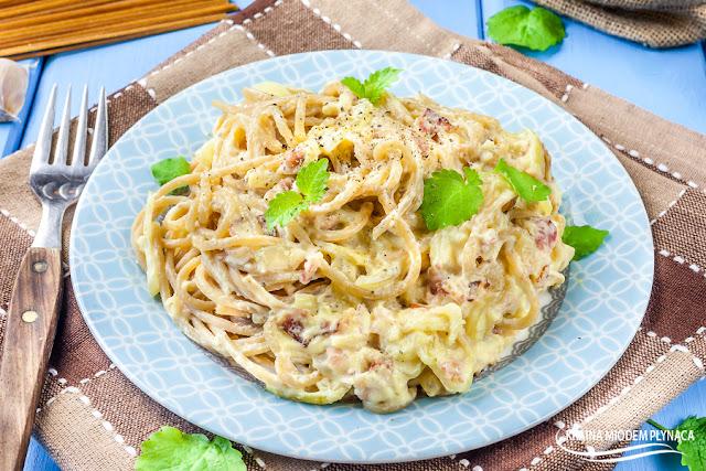 sos carbonara, makaron z sosem carbonara, carbonara ze śmietaną, danie włoskie, sos włoski, spaghetti z sosem, makaron pełnoziarnisty, sos na winie, sos z winem, kraina miodem płynąca,