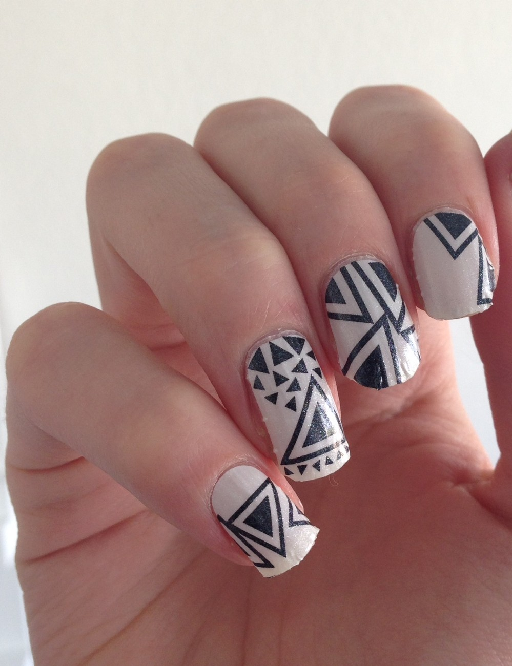 nail patch triangle black white