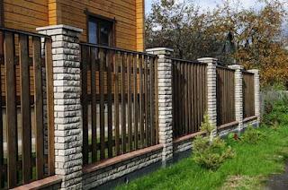 Деревянный забор с кирпичными столбами. Фото 12