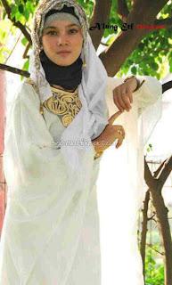 Photo Raya Kitty Aditya Pakai Kerudung
