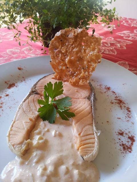 Salmón frio con salsa de pepino y crujiente de pimienta                                                                             Salmón Frio Con Salsa De Pepino Y Crujiente De Pimienta