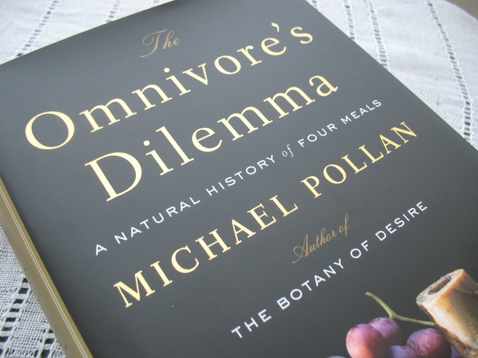 omnivore s dilemma The dilemma—what to have for dinner when you are a creature with an open-ended appetite—leads pollan (journalism/berkeley the botany of desire, 2001, etc) to a fascinating examination of the myriad connections along the principal food chains that lead from earth to dinner table.
