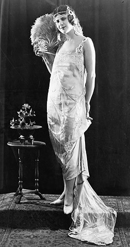 youth culture in the 1920s Pop culture during the 1920s was characterized by the flapper, automobiles,  nightclubs, movies, and jazz life moved fast as a new sense of prosperity and.