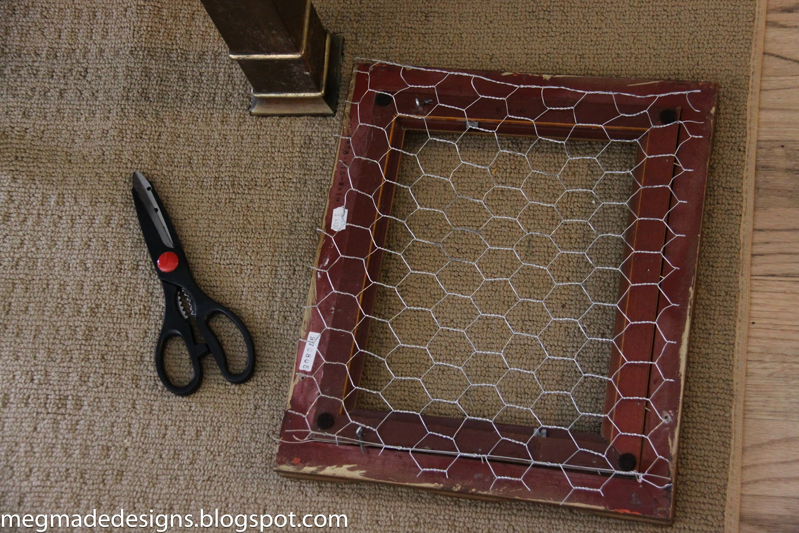 Jazz up an old frame with chicken wire - **MegMade**
