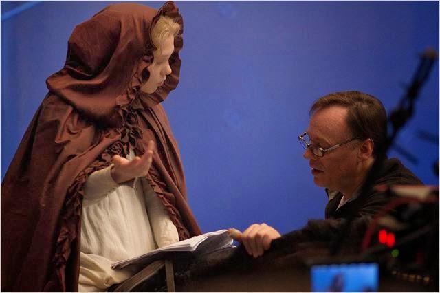 """El director, Christophe Gans, dando indicaiones a Léa Seydoux (Bella) en """"La Bella y la Bestia"""""""