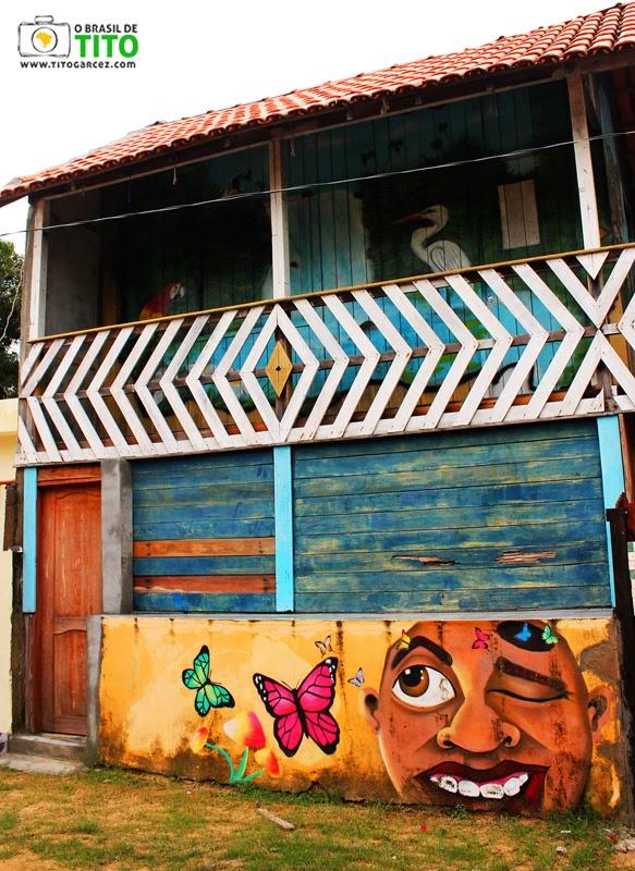 Casa de madeira com pinturas na vila do Algodoal, na ilha de Maianeua, no Pará
