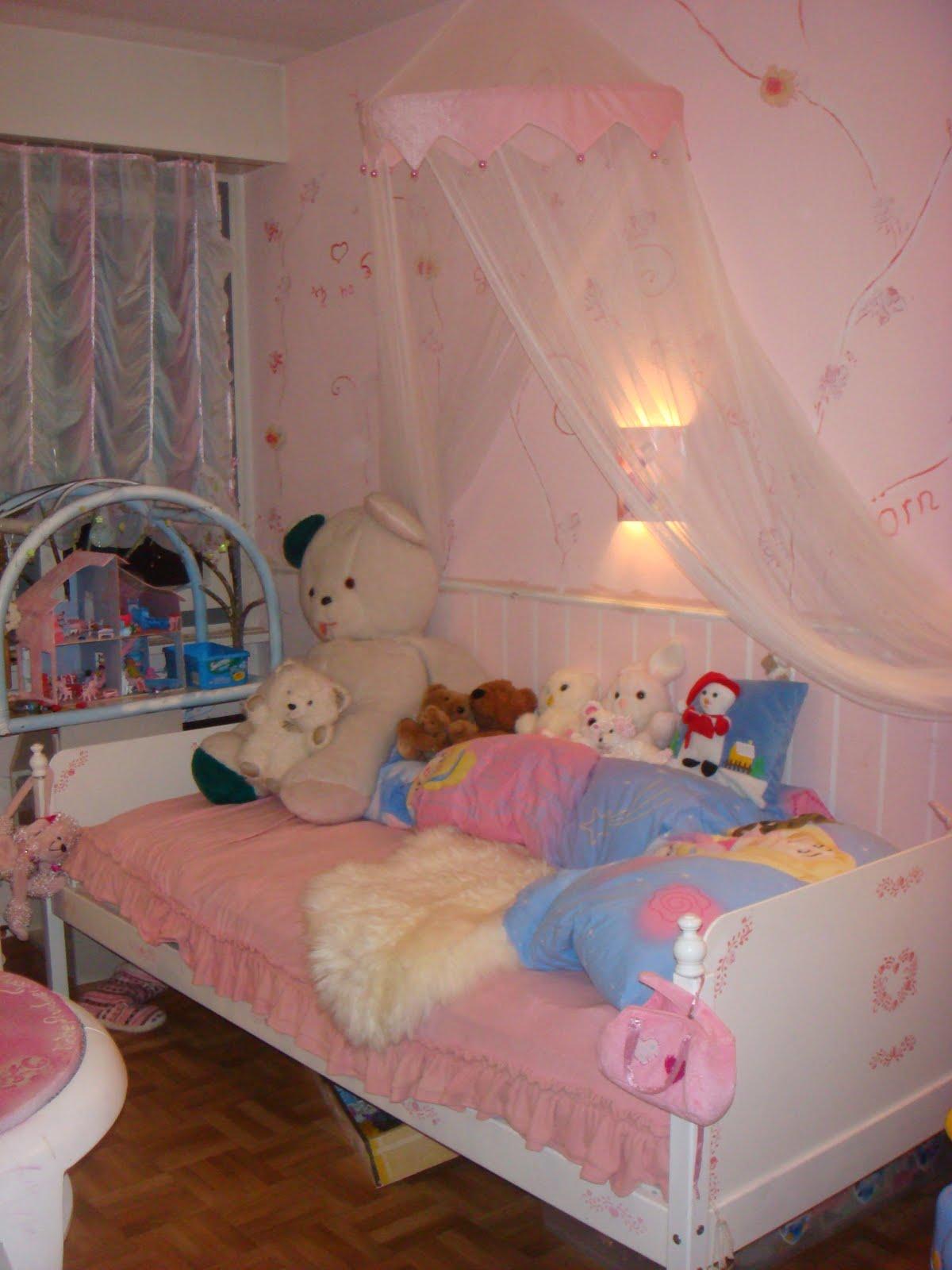 im kinderzimmer 1 wandbild rosenranken. Black Bedroom Furniture Sets. Home Design Ideas