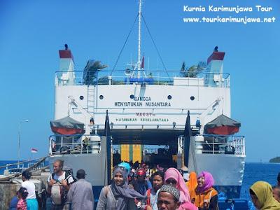 wisatawan keluar dari kapal ke pelabuhan karimunjawa