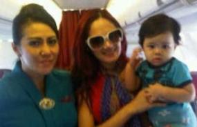 Gambar Foto Mirip Mulan Jameela Gendong Anak Bayi
