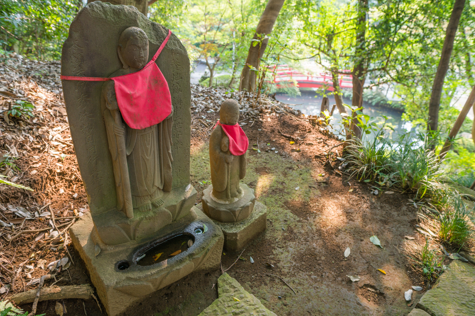 貫井神社を見守るお地蔵様の写真