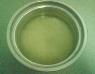 Menghilangkan bekas jerawat dengan air beras