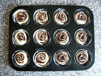 csokoládés csigák a muffin sütőben, készen a sütésre