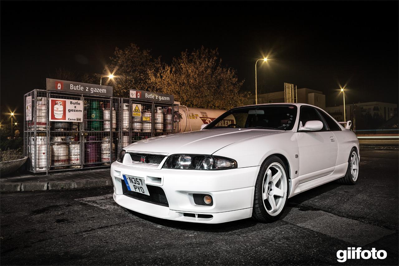 Nissan Skyline GT-R R33, kultowy, sportowy samochód. Godzilla to auto z duszą, charakterystyczne dla rynku japońskiego. Silnik RB26DETT i napęd AWD. Zdjęcia, galeria, JDM, tuning.