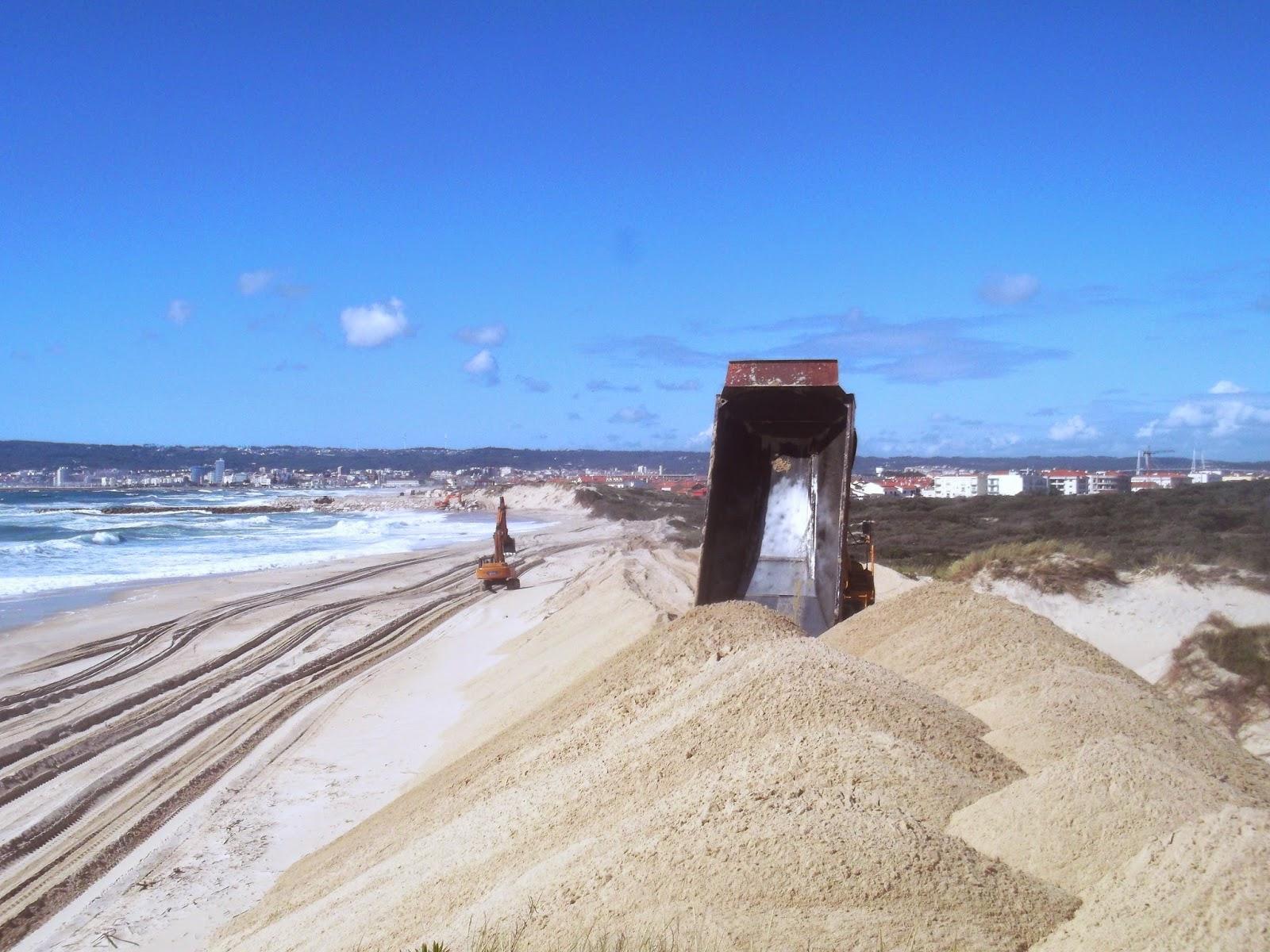 Finalmente, as dunas a sul do quinto molhe estão a começar a ser refeitas!..