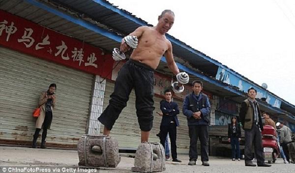 Lelaki China Berusia 55 Tahun Berkasut 70 Kg Setiap Hari (6 Gambar)