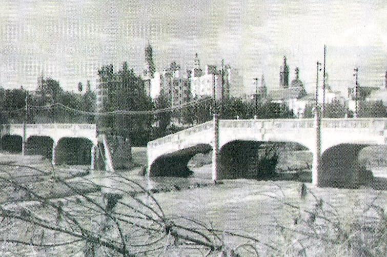 El puente de la Exposición tras la riada de 1957 en Valencia