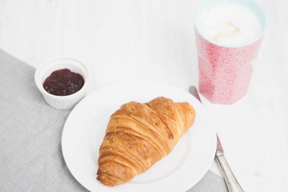 Frühstück mit Croissant und Milchkaffee