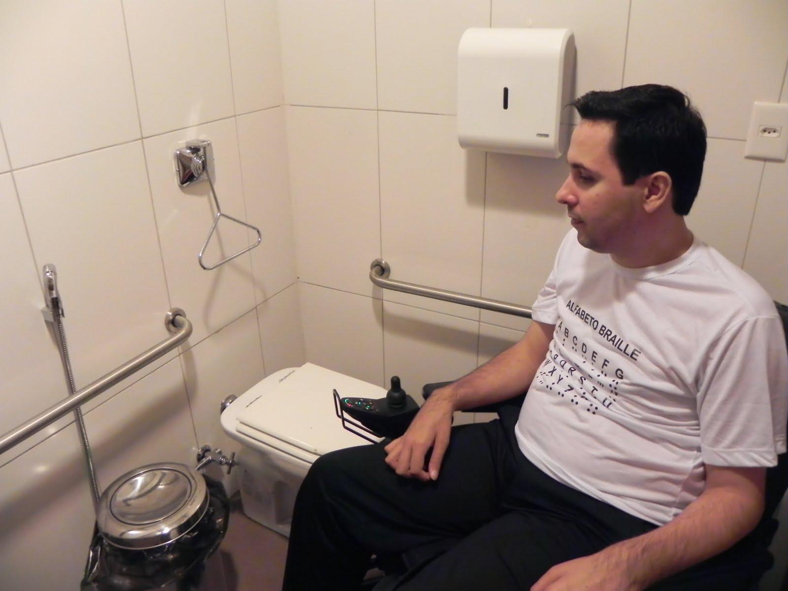 Sanitário garante área de transferência da cadeira de rodas para a  #8B5840 1600 1200