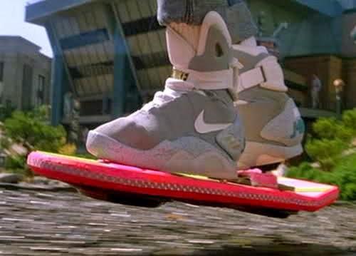 Los tenis futuristas de Nike que se abrochaban solos tuvieron un papel protagónico en la película de 1989 «Volver al Futuro II». ¿Llegaremos a ver este año ese calzado? Después de todo, estamos en el año 2015. Ese es el año al que viaja el héroe de la película, vistiendo un elegante par de zapatillas Nike con cordones automáticos. Interpretado por Michael J. Fox, el héroe Marty McFly siempre tuvo una predilección por los tenis Nike desde la primera cinta «Back to the Future» de 1985, cuando los vemos con el icónico calzado. Nike ahora tiene casi todo el 2015