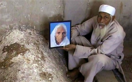 Faizul Hasan Kadari dengan gambar isterinya, Begum Tajmulli