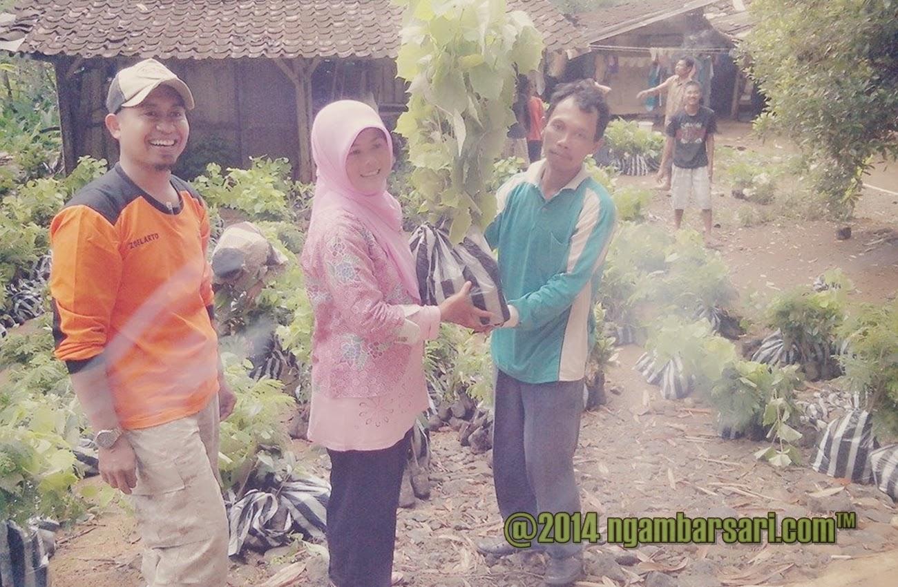 Pemberian bibit ke Dusun