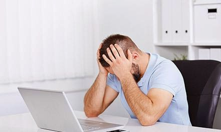 امراض تسببها لك التكنولوجيا والاجهزة الحديثة - رجل يجلس على كمبيوتر يستعمل لاب توب - man use computer laptop