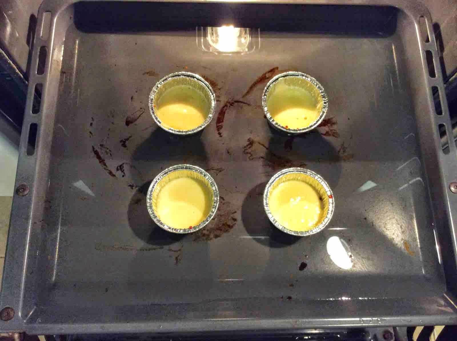 Moldes de flan de huevo al baño maria en el horno