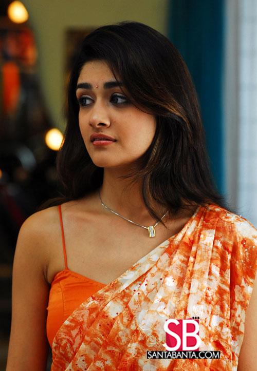 Actress Oviya Cleavage