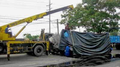 Tai nạn liên hoàn, xe tải chở dầu cá lật giữa xa lộ, thế giới lốp, lop xe, lốp xe ô tô, giá lốp, gia lop