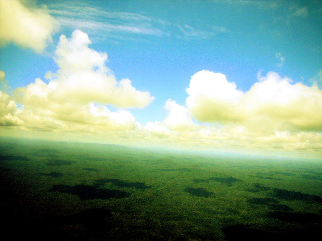 Tro är att leva med himlen på glänt och bägge fötterna på