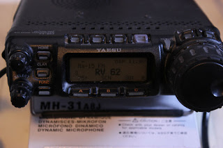 Radion är på, men bakgrundsbelysningen avstängd. Det går att ställa in bäst man vill.