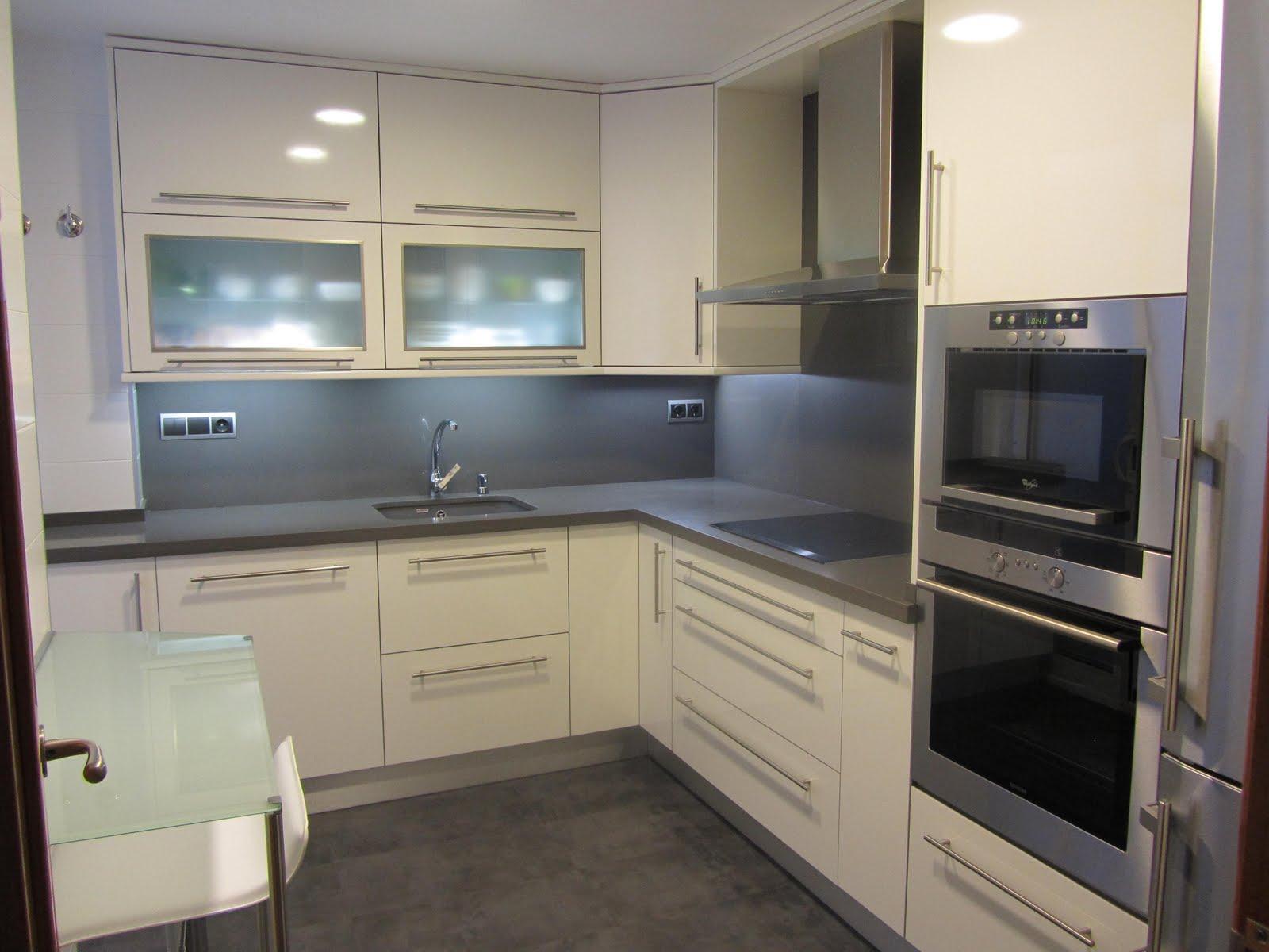 Reuscuina cocina formica blanca con silestone gris oscuro for Cocinas blancas con silestone