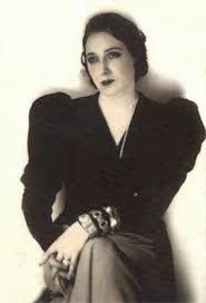 Juana de Ibarbourou sentada