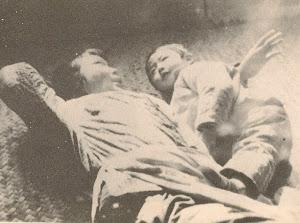 约1973年,在北大荒自家的土炕上,给儿子讲童话故事。为了保存这两三张照片,几乎被丈夫打死。详见《一个大童话》。