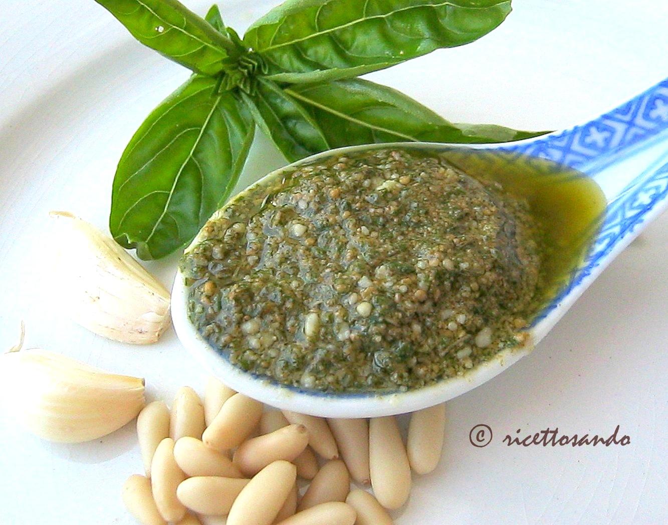 Pesto genovese ricetta tradizionale di salsa a base di basilico e pinoli