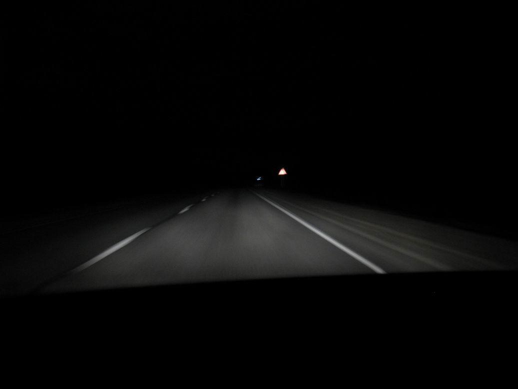 Ночь девушка ловит машину фото