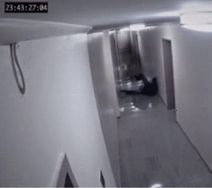 بالفيديو...شبح يعتدي بالضرب على رجل
