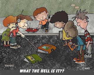 caricatura de niños viendo un libro asombrados